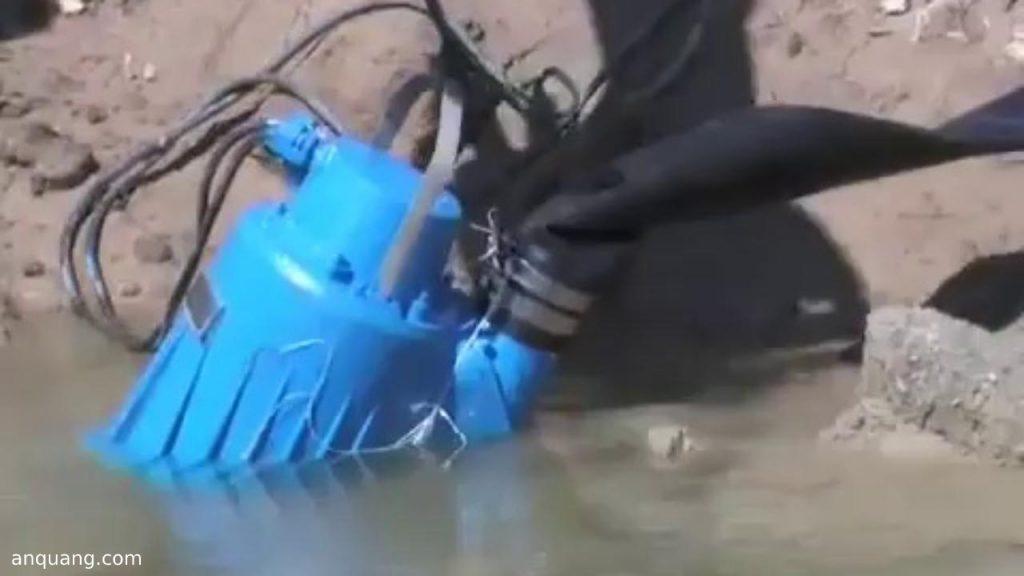 Máy bơm chìm hố móng công trình xây dựng
